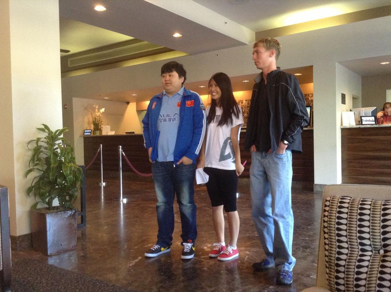 一大早就有来自国外和华人的粉丝来酒店找皇族的小伙伴们合影