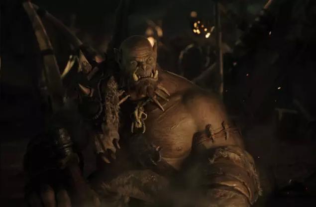 《魔兽世界》原定于明年6月10日上映,今日正式公开了官方电影名——《魔兽:崛起》。 《魔兽:崛起》的剧情将会落在《魔兽争霸》游戏的时代,讲述兽人与人类之间的故事,先前导演邓肯琼斯(Duncan Jones)现场透露了电影将会以人类英雄洛萨(Lothar)与索尔的父亲杜洛坦(Durotan)为故事主轴。 参与的演员包括饰演洛萨爵士的Travis Fimmel,饰演杜洛坦的Toby Kebbell,饰演麦迪文的Ben Foster,饰演奥格姆的Rob Kazinsky,饰演迦罗娜的Pa